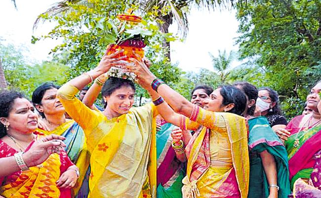 YSR Telangana Party YS Sharmila Celebrated Bonalu Festival - Sakshi