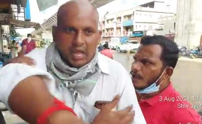 Without Mask: Three Person Attacked On Sachivalaya Employees - Sakshi