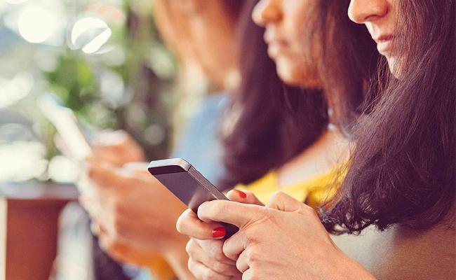 Teenage Girls Self Image Damaged By Social Media - Sakshi