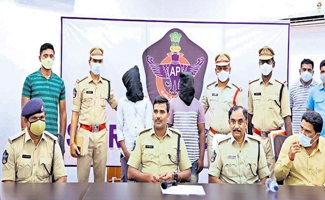 Two accused arrested in attack of women viral video incident - Sakshi
