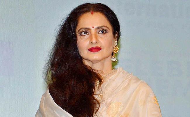 Rekha Vinod Mehra Tragic Love Story Actor Mother Tried to Beat Rekha With A Sandal - Sakshi