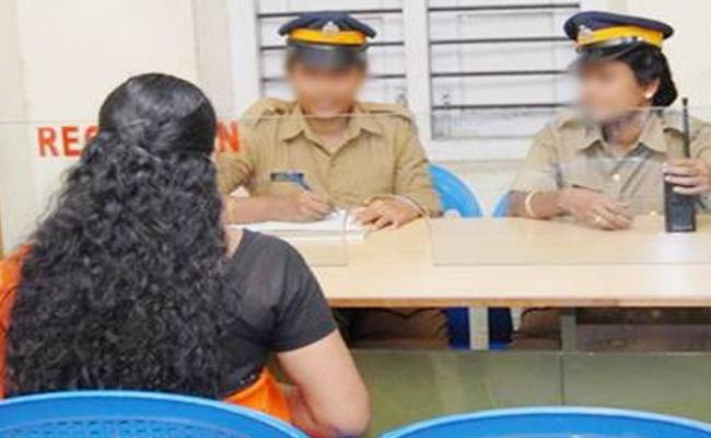 Hyderabad: A Husband Take Knife To Cut To Her Wife Finger - Sakshi