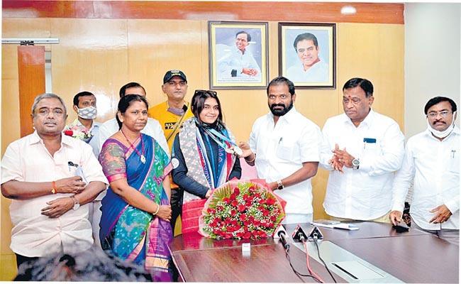Esha singh For Outstanding By Minister Srinivas Goud - Sakshi