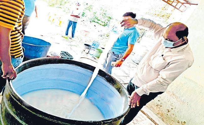Palm Wine Preparation With Raw Materials Police Arrested Four People At Warangal - Sakshi